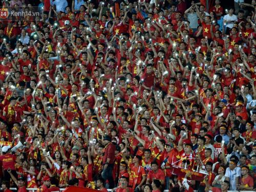"""Sau chiến thắng 2-0 với Malaysia, tối qua CĐV Việt Nam đã có một trận """"bão"""" thực sự"""