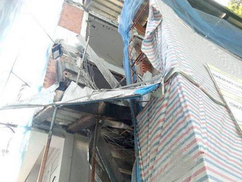 HOT: Sập giàn giáo ở Sài Gòn khiến 3 người thương vong