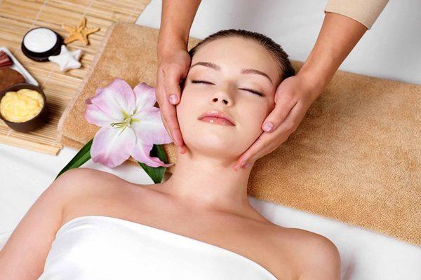 Massage da mặt thường xuyên giúp da săn chắc và khỏe mạnh
