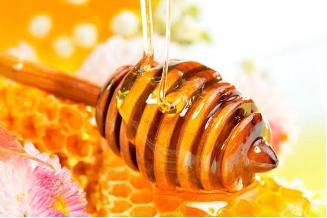Mật ong là một nguyên liệu tự nhiên làm đẹp không thể thiếu của nhiều chị em phụ nữ. Các vitamin và dưỡng chất có trong mật ong không chỉ tốt cho cơ thể mà còn có nhiều công dụng làm đẹp da, tẩy da chết cực hiệu quả. Chẳng thế mà không thể không nhắc đến mật ong khi nói đến phương pháp làm đẹp đặc biệt làm trắng da.