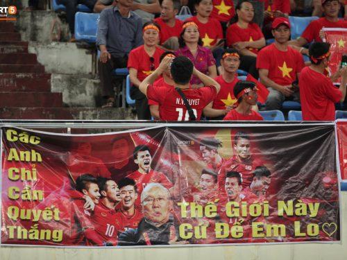 Những hình ảnh đối lập giữa của hai bên cổ động viên này chắc chắn sẽ khiển đội tuyển Lào chạnh lòng