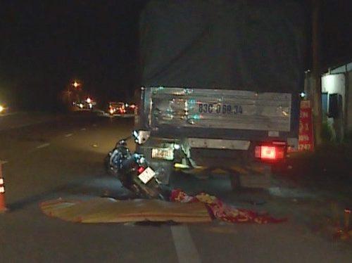 Tông mạnh vào ô tô tải đang dừng, 2 mẹ con chết thương tâm