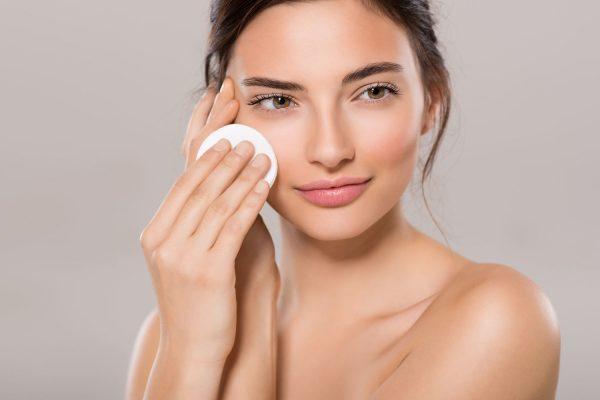 Tẩy da chết giúp loại bỏ cặn phấn trang điểm, bụi bẩn sâu bên trong da1