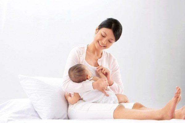 Cho con bú sữa mẹ giúp mẹ lấy lại vóc dáng thon gọn nhanh1