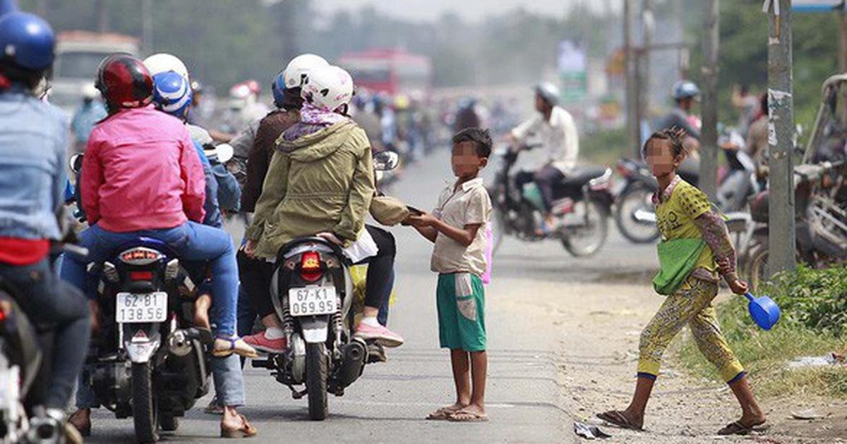 Những đứa trẻ đem nhẻm trong bộ quần áo xộc xệch lấy thương cảm của người đi đường1