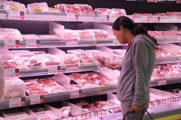 Tại siêu thị giá thịt lợn cũng tăng mạnh1