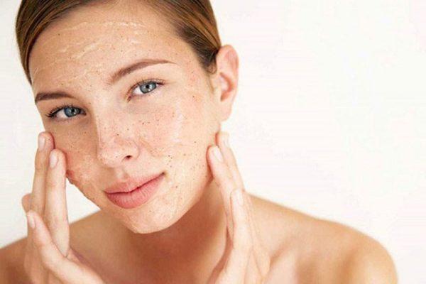 Tẩy da chết sẽ giúp bạn dọn sạch các tế bào da chết làm bít tắc lỗ chân lông1