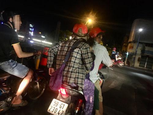 Người đàn ông đón người phụ nữ mặc áo kẻ caro và những đứa trẻ1