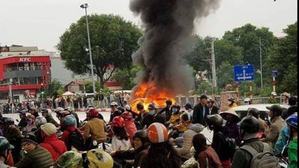 Người dân tụ tập rất đông chứng kiến vụ tai nạn liên hoàn1