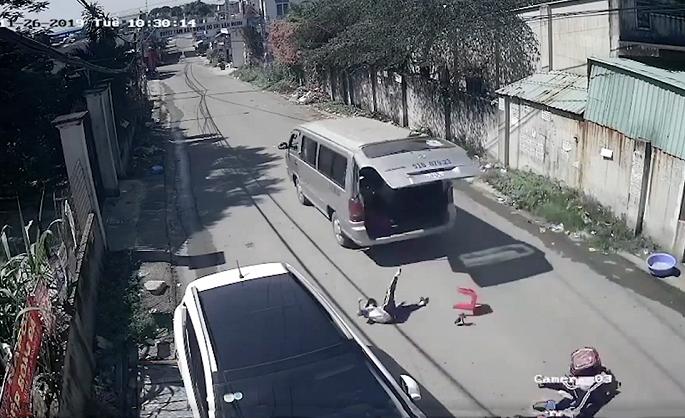 Trước đó vài ngày có 3 em học sinh đã bị rơi khỏi xe ô tô đưa đón1