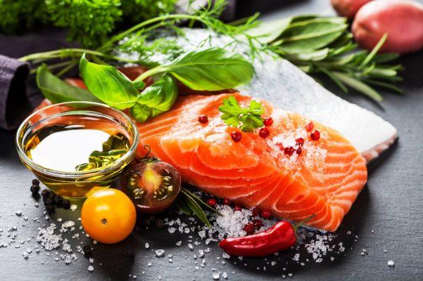Cá giàu omega3 giúp giữ ẩm cho da từ trong da ngoài