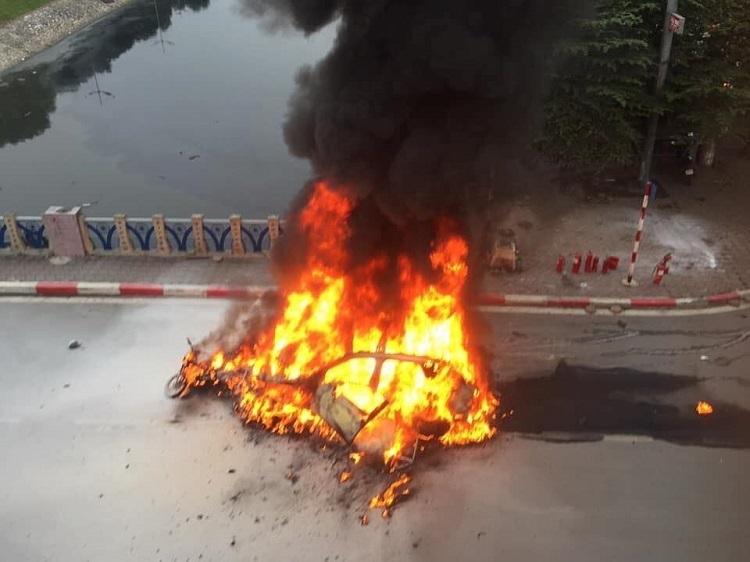 Xe ô tô Mercedes gây tai nạn liên hoàn rồi bốc cháy1