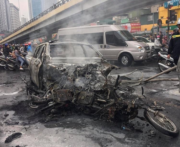 Chiếc xe ô tô Mercedes cháy còn khung sắt1