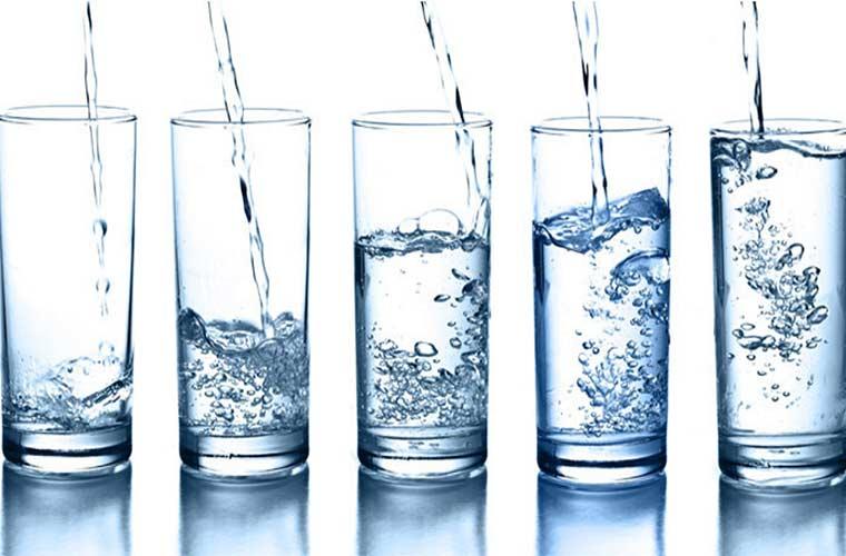 Uống nhiều nước để thanh lọc cơ thể và hạn chế hấp thụ đường1