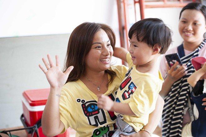 Quỳnh Trần và bé Sa háo hức đến trường quay ghi hình