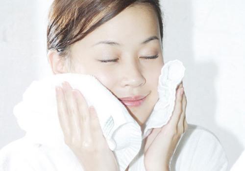 Dùng khăn mềm lau người sau khi tắm rửa1