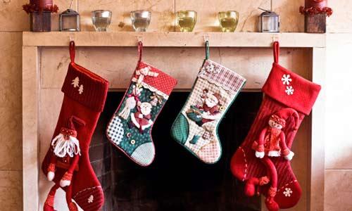 Trẻ em thường treo tất để chờ ông già Noel đến tặng quà1