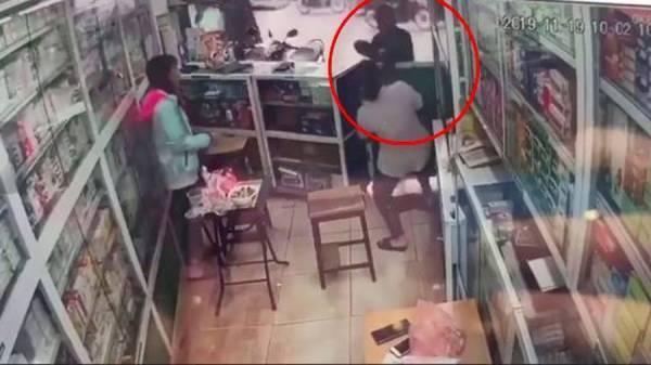Nhóm ăn mày mặt đen vào các cửa hàng xin tiền1