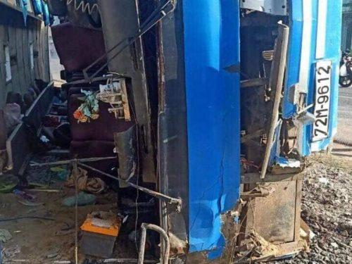Long An: Xe khách bị lật khiến 2 người tử vong, 11 công nhân bị thương