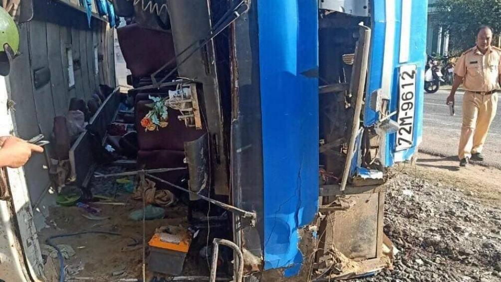 Xe khách bị lật khiến 2 người tử vong, 11 công nhân bị thương1