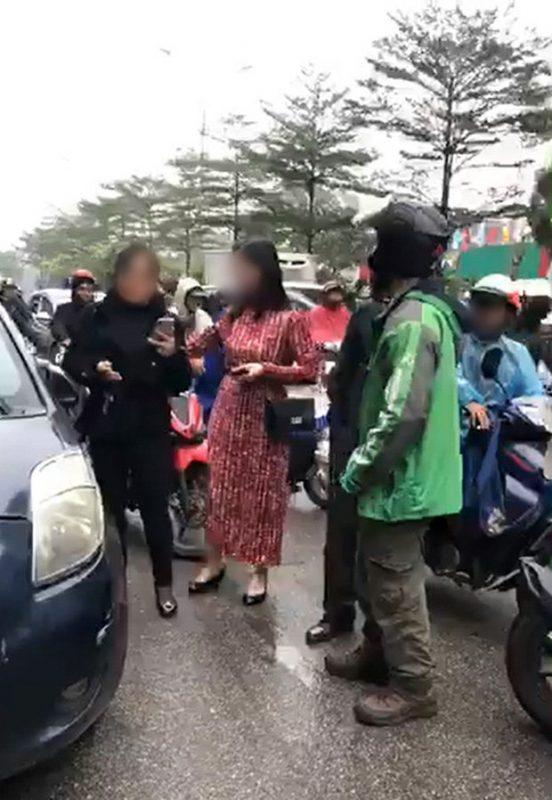 Người phụ nữ váy đỏ tự nhận là em gái nữ tài xế ô tô đã xuống xe để phản bác1