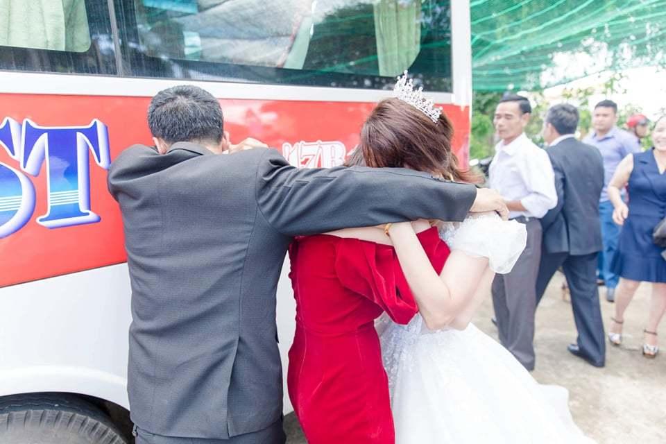 Ông bố bật khóc giây phút tiễn con gái về nhà chồng1