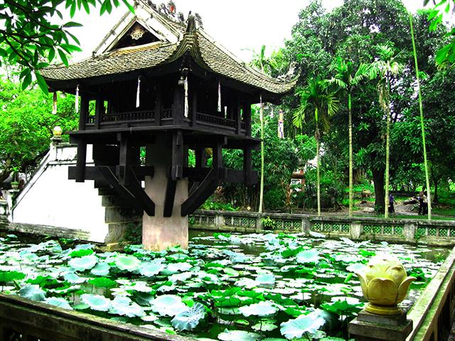 Chùa Một Cột tọa lạc giữa hồ sen Linh Chiểu1