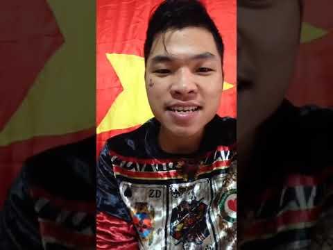 Mỗi khi livestream Khánh đều ở trong phòng nhỏ đằng sau là lá cờ đỏ sao vàng1