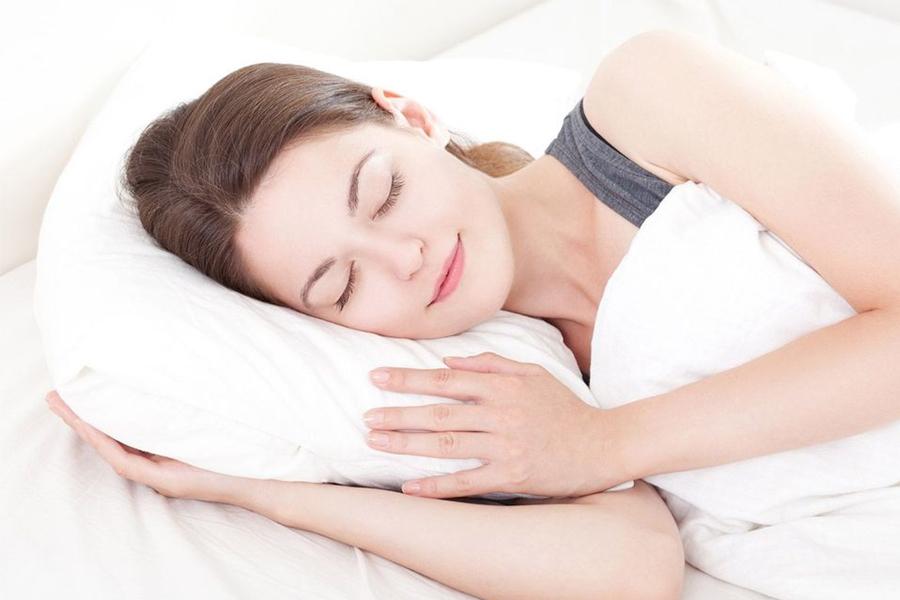 Ngủ đủ giấc cũng là một trong những yếu tố giúp cho làn da bạn rạng rỡ1
