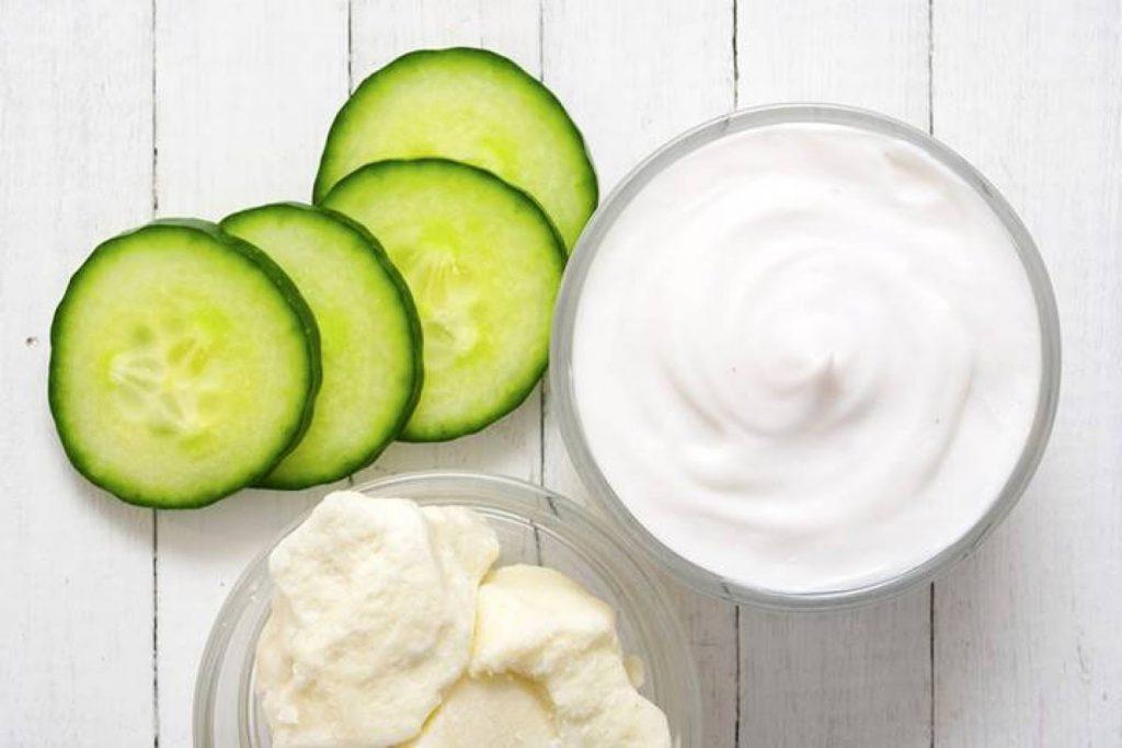 Kết hợp sữa chua và dưa leo bạn sẽ có một cách trị mụn ở trán tuyệt vời1