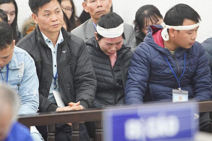 Người thân và chị Nhung bật khóc khi nghe tòa xét xử vụ án1
