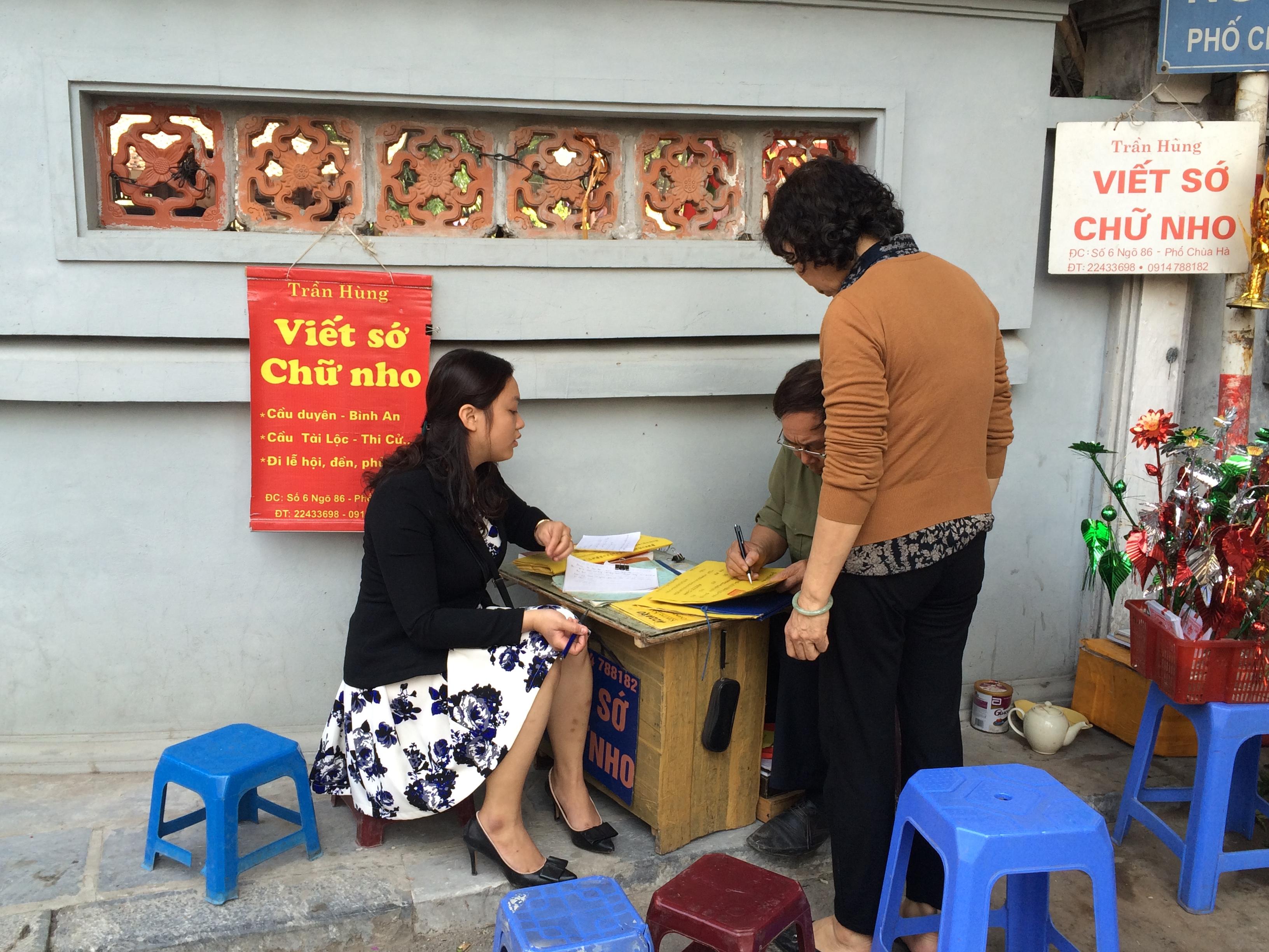 Bạn có thể viết sớ ở ngay cổng chùa Hà1