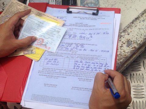 Lái xe ký biên bản phạt do vi phạm về nồng độ cồn1