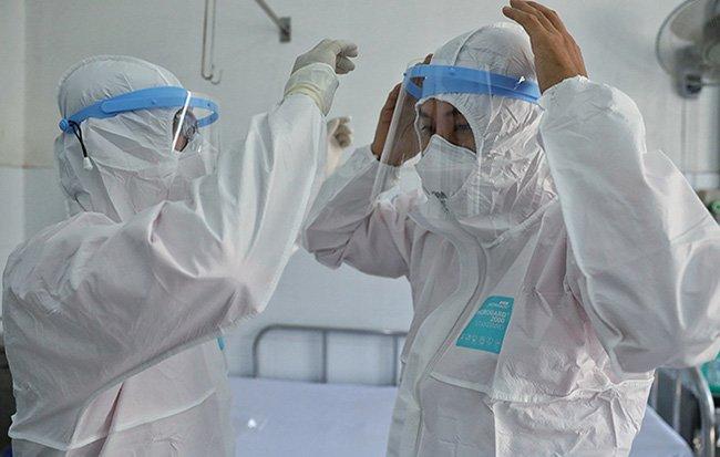 Các bác sĩ đang nỗ lực đêm ngày chiến đấu với bệnh dịch1