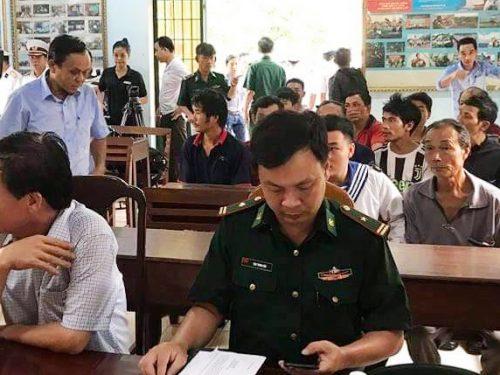 Tàu cá gồm 14 người gặp nạn khi tìm kiếm ngư dân Bình Định mất tích