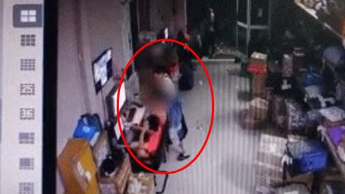 TP.HCM: Kinh hoàng clip cô gái rút dao đâm bạn trai tử vong ngay tại nơi làm việc