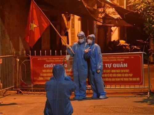 """Trong đêm gỡ phong tỏa, người dân tại """"ổ dịch lớn nhất Hà Nội"""" được trở về nhà sau thời gian đi cách ly tập trung"""