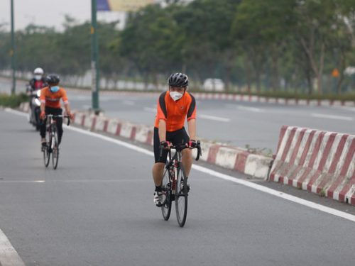 Sài Gòn ngày đầu tiên nới lỏng giãn cách: người dân hào hứng đổ ra công viên, đạp xe