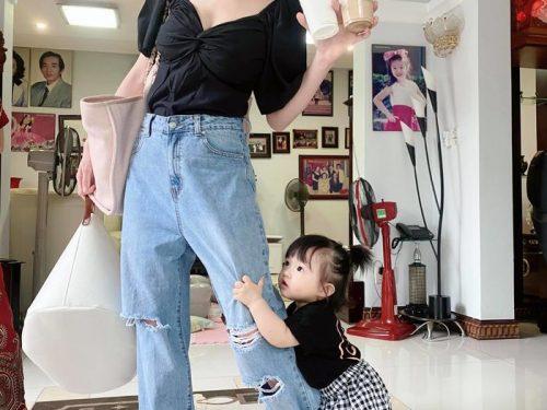 Khoảnh khắc siêu đáng yêu của con giá Đông Nhi khi bám chân mẹ